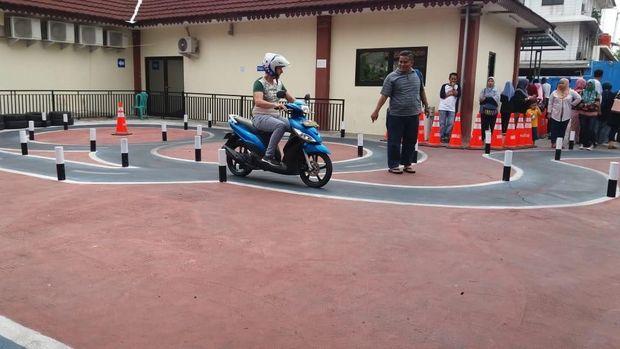 Siarhei saat mengikuti latihan membawa motor untuk praktik SIM C