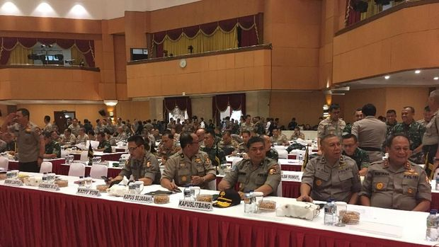Pejabat TNI dan Polri hadir.