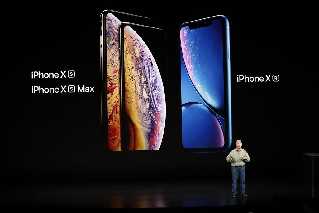 iPhone XR adalah ponsel dengan layar 6,1 inch bertipe LCD yang dilengkapi dengan Face ID. Kehadirannya melengkapi iPhone XS dan XS Max yang lebih premium dengan layar OLED. Foto: Reuters