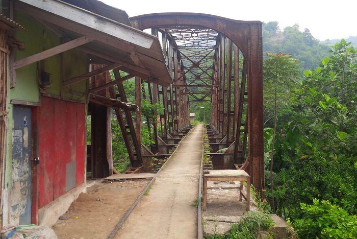 Ini adalah jembatan kereta yang menghubungkan Stasiun Bandung-Ciwidey sepanjang 37,8 km. Pool/PT KAI.