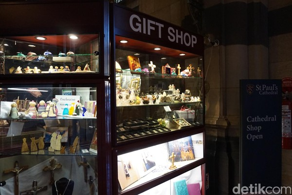 Tepat di sebelah tempat pembaptisan, ada toko kecil yang menjual aneka pernak-pernik kerohanian (Shinta/detikTravel)