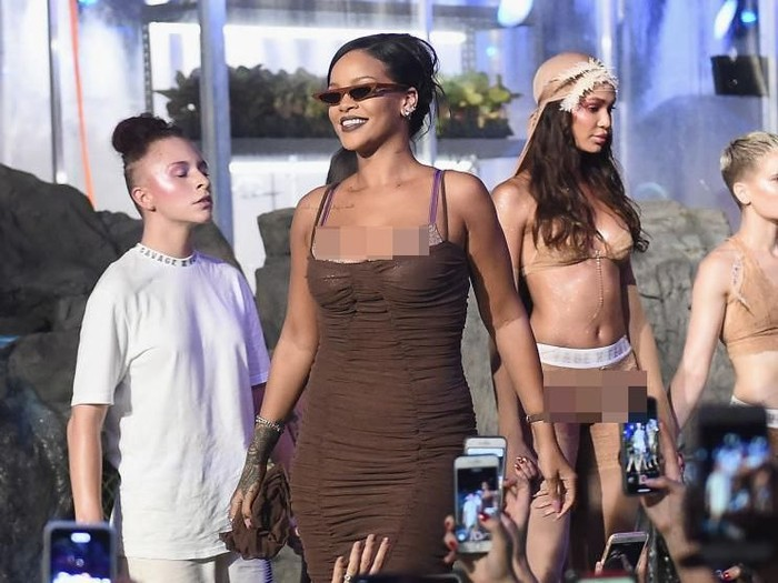 Rihanna di penutupan fashion show Savage x Fenty, New York Fashion Week. Foto: Getty Images