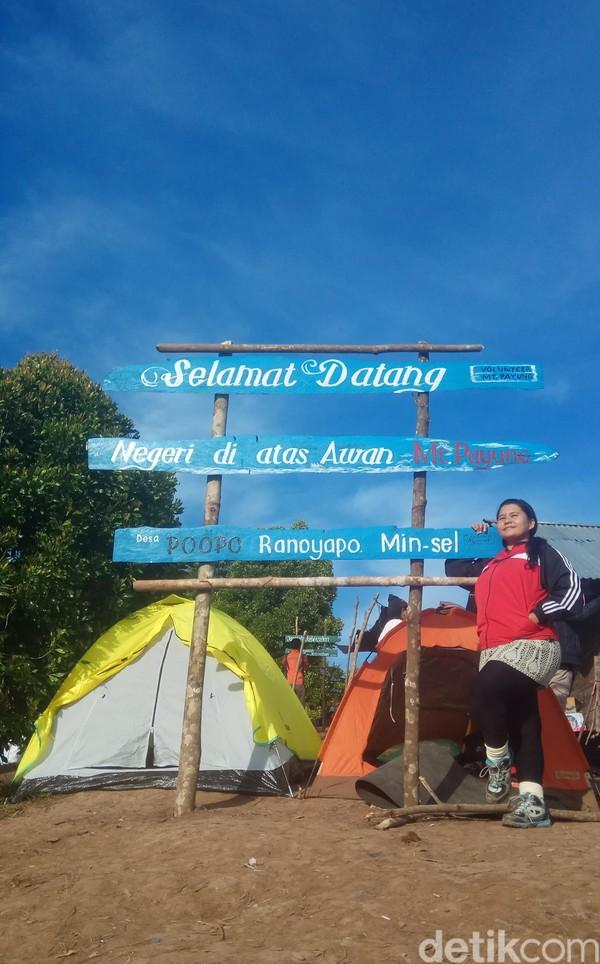 Cukup mendaki Gunung payung dengan ketinggian 574 mdpl, traveler sudah bisa mengabadikan foto dan video pesona awan tebal serta matahari terbit. (Michelle Dejonker/detikTravel)