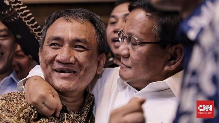 Prabowo merangkul Andi Arief. (CNN Indonesia/Hesti Rika)