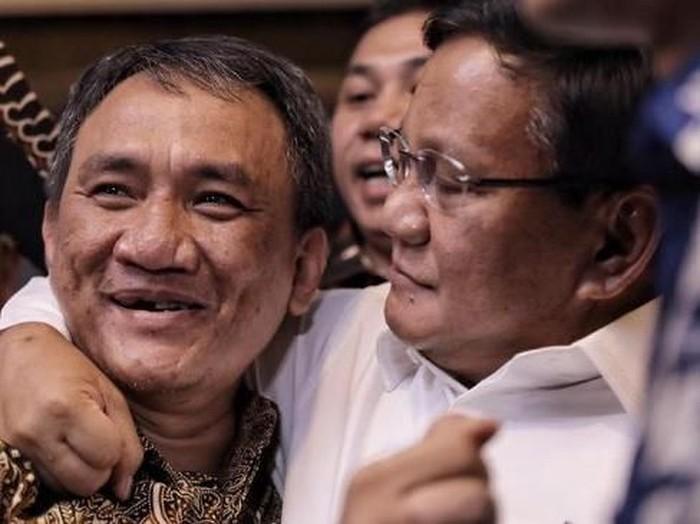 Bakal capres 2019 Prabowo Subianto (kanan) merangkul Wasekjen PD Andi Arief di rumah SBY. (Foto: CNN Indonesia/Hesti Rika)