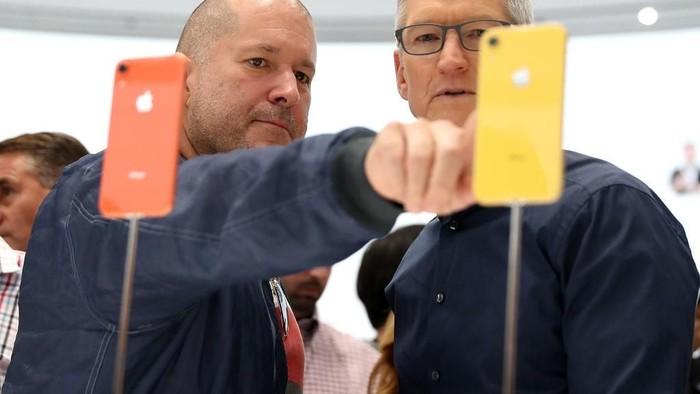 iPhone XR tampil dengan bodi warna-warni. Foto: Getty Images