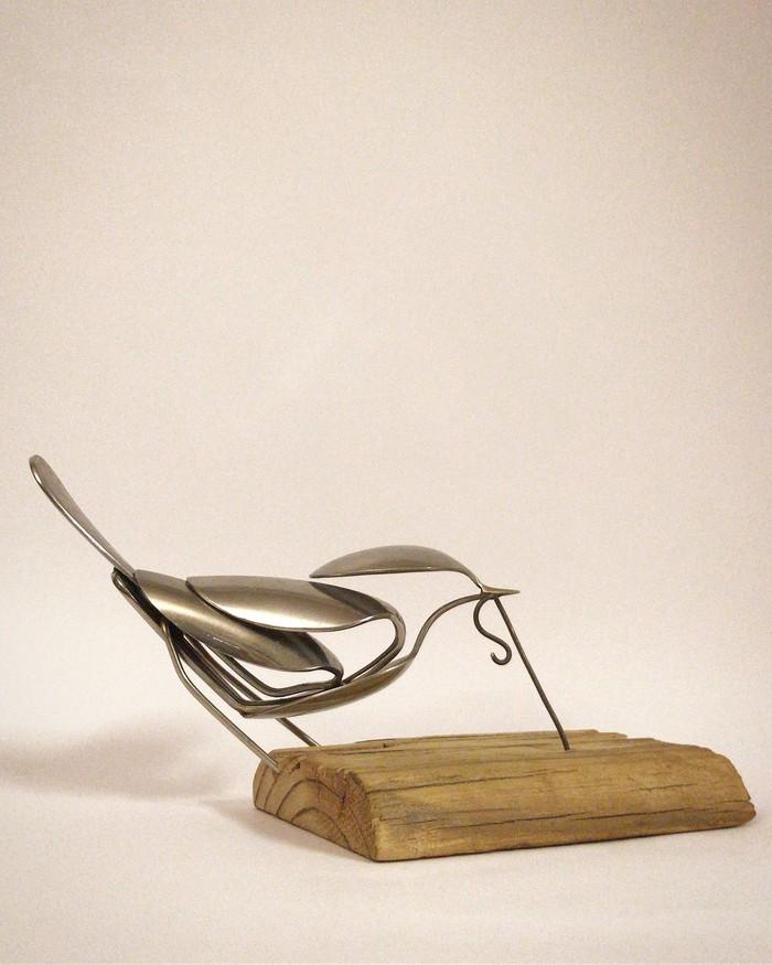 Wilson ahli dalam membuat patung logam. Tapi bahan baku yang ia gunakan ini terbilang tak biasa. Wilson membuat berbagai patung dengan alat makan, seperti burung dari susunan sendok ini. Foto: instagram airtightartwork