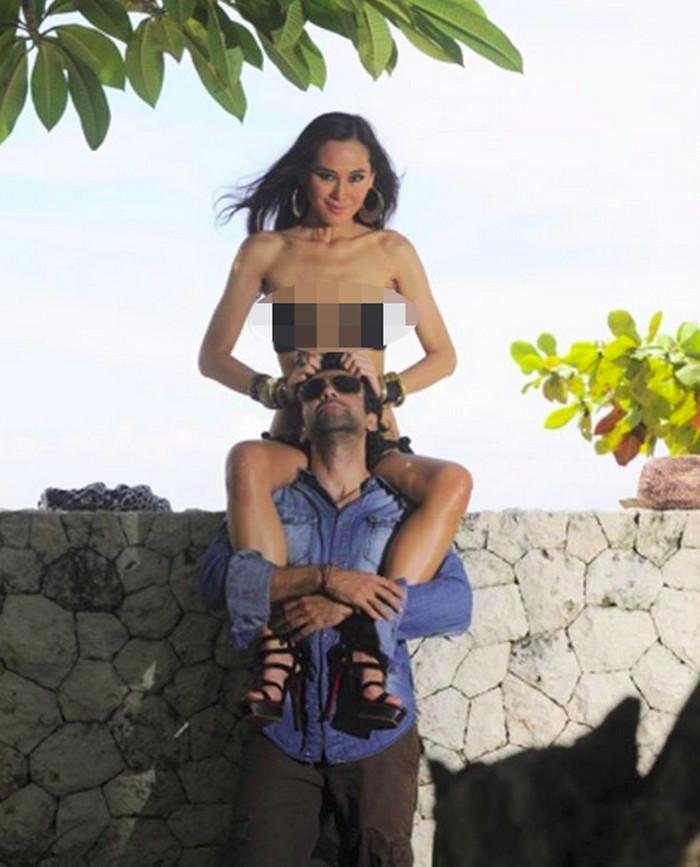 Namun, Ina menanggapinya di akun Instagramnya. Jd Kl yg nyangka Sy anoreksia ya ... otaknya kurang wawasan kali ya maaaf ... yg artis gemuk d hina ... artis kurus d hinaaaa ... Kasiaaaan ... tulisnya di caption salah satu foto bersama suami tercinta yang diunggah pada Rabu (12/9/2018). Foto: Instagram/inathomas