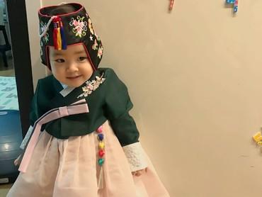 Lani makin menggemaskan saat pakai hanbok, pakaian tradisional Korea. (Foto: Instagram/dancingmulgogi)