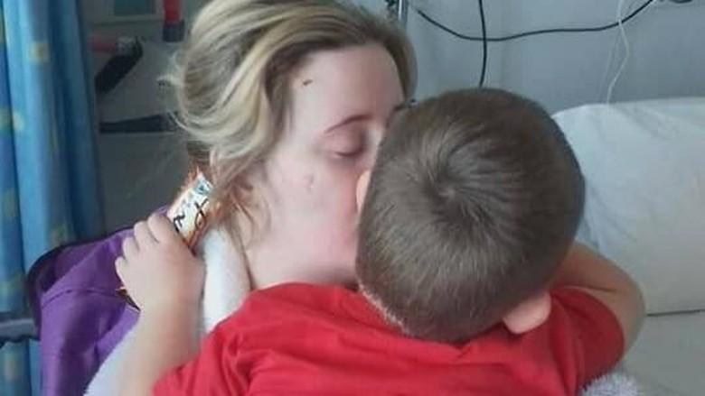 Bikin Haru! Anak Ini Bangunkan Ibunya dari Koma/ Foto: Facebook/ Donna Elliott