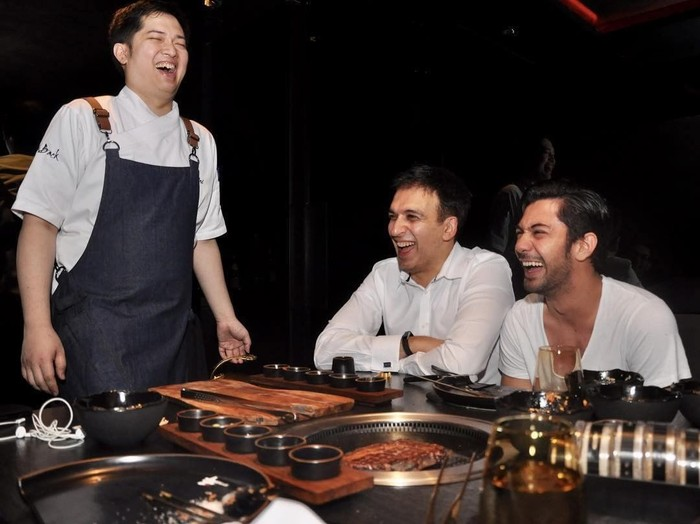 Begini gayanya saat makan bersama salah satu produser kondang, Manoj Punjabi. Mereka terlihat sedang berbincang sambil menunggu beefsteak buatan sang chef matang. Foto: Instagram officialpilarez