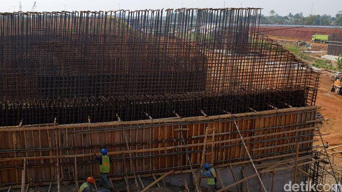 Pekerja membangun tol Kunciran-Serpong, Jumat (14/9/2018).