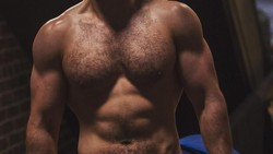 Meski dikabarkan pensiun dari Superman, Henry Cavill tetap menjaga bentuk tubuhnya tetap bugar dan atletis. Tentunya, rajin berolahraga adalah kunci!