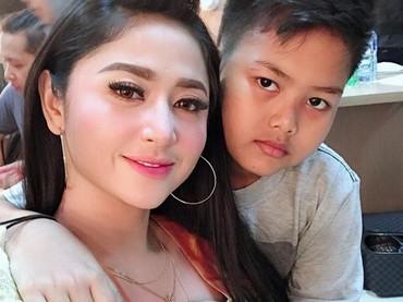 Saat libur sekolah, Gabriel selalu menemani Dewi Perssik syuting. So sweet ya! (Foto: Instagram @dewiperssikreal)