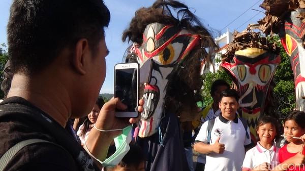 Sekretaris Desa Poopo mengakui lokasi Gunung Payung viral di media sosial. Pengunjung yang datang berburu awan bisa mencapai ribuan orang. (Michelle Dejonker/detikTravel)