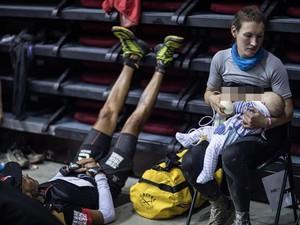 Salut! Wanita Ini Tetap Menyusui Bayinya Saat Lomba Lari 165 Km