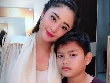 Beberapa kali di postingan, Dewi Perssik selalu berharap Gabriel tumbuh menjadi sosok yang saleh. (Foto: Instagram @dewiperssikreal)