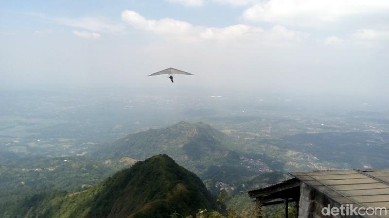 Inilah Gunung Telomoyo yang berada di wilayah Kabupaten Magelang dan Kabupaten Semarang. Dari sini, traveler bisa mencoba olahraga gantole yang cukup ekstrem. (Eko/detikTravel)