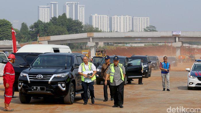 Menteri Pekerjaan Umum dan Perumahan Rakyat (PUPR) Basuki Hadimuljono meninjau proyek pembangunan jalan tol Kunciran-Serpong Paket II, Jumat (14/9/2018).