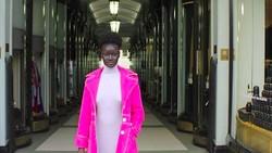 Khoudia Diop adalah model sukses ternama dengan kulit hitamnya. Ternyata, ia tak lepas dari bully di masa mudanya.