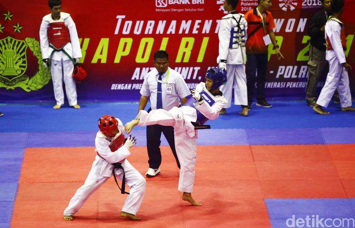 Para atlet bertanding di Turnamen Taekwondo Kapolri Cup 2018 yang dihelat di Gelanggang Olahraga Popki, Cibubur, Jakarta Timur.