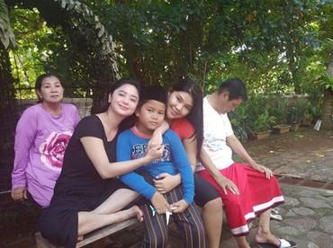 Setelah salat Jumat, Gabriel disambut mama. Happy banget ya. (Foto: Instagram @dewiperssikreal)