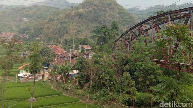 Jalur kereta api melewati pemukiman warga
