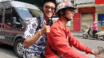 Aksi Abang Ojek Go-Viet Menelusuri Jalanan Hanoi