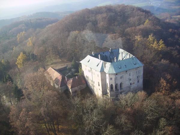 Jika dilihat dari jauh, kastil ini memiliki banyak jendela. Namun kenyataannya banyak dari jendela ini palsu. Itu hanyalah panel kaca yang tertempel di dinding kastil. (Hrad Houska/Facebook)