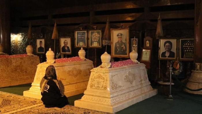 Mbak Tutut berdoa di makam Pak Harto dan Ibu Tien. (Foto: dok Istimewa)