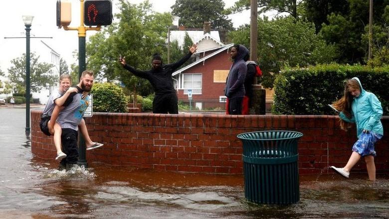 Badai Florence yang Mematikan Mulai Menghantam Carolina AS
