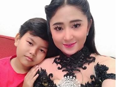 Kata Dewi Perssik, Gabriel ingin selalu dekat dengan mamanya. (Foto: Instagram @dewiperssikreal)