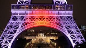 Bendera Jepang Terang-Benderang di Menara Eiffel