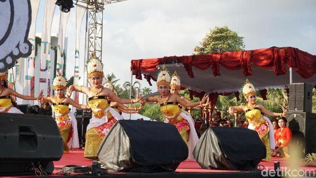 Acara dibuka dengan tarian Bali
