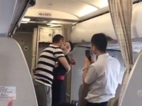 Jiao dipecat karena dilamar kekasihnya di pesawat