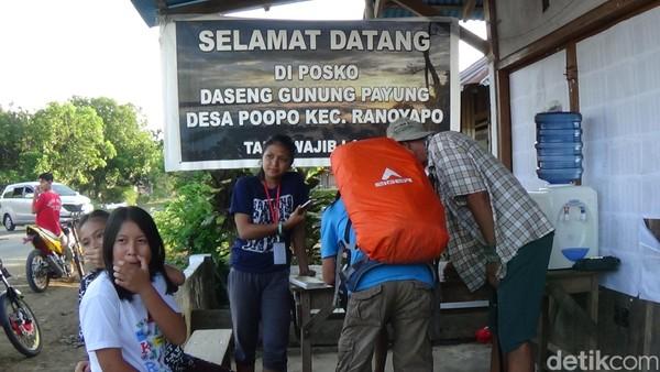 Sebelum mendaki gunung payung, wisatawan harus mendata diri terlebih dahulu di post karangtaruna Desa Poopo. Traveler tidak dikenakan biaya alias gratis. (Michelle Dejonker/detikTravel)
