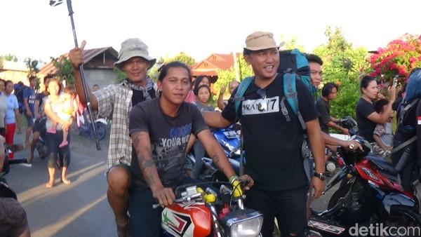 Para wisatawan akan melewati jalur darat sejauh 3 km dari kampung menuju Gunung Payung. Jalur ini juga masih bisa dilalui dengan motorcross. (Michelle Dejonker/detikTravel)