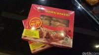 Roti abon mini. Selama ini memang tidak pernah oleh-oleh makanan khas Papua selain Papeda. Lalu, diputuskanlah untuk membuka toko di bandara-bandara besar seperti di Manokwari, Jayapura, Merauke, Timika, Nabire dan Biak (Masaul/detikTravel)