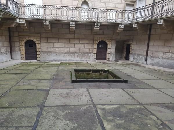 Di dalam kastil terdapat lubang yang tidak berdasar. Dipercaya lubang ini adalah pintu ke Neraka. Legenda rakyat menceritakan di dalam lubang hidup mahluk manusia setengah hewan. Mereka akan menyerang dan menyeret penduduk ke dalam lubang tersebut. (Hrad Houska/Facebook)
