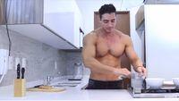 Awas Gagal Fokus! Pria Kekar Ini Pamer Otot Saat Masak Ayam Panggang Meksiko