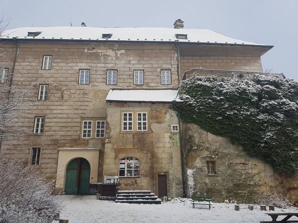 Beberapa paranormal juga pernah berkunjung ke kastil ini. Mereka mengatakan memang kastil ini sangat angker! (Hrad Houska/Facebook)