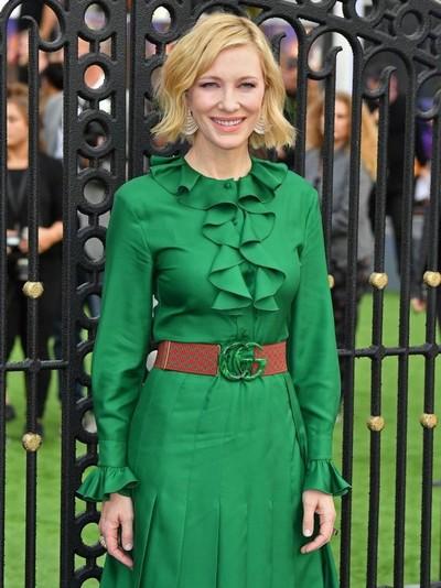 Aktris Cate Blanchett tampil menarik perhatian dengan ikat pinggang bold dari Gucci. Foto: Getty Images