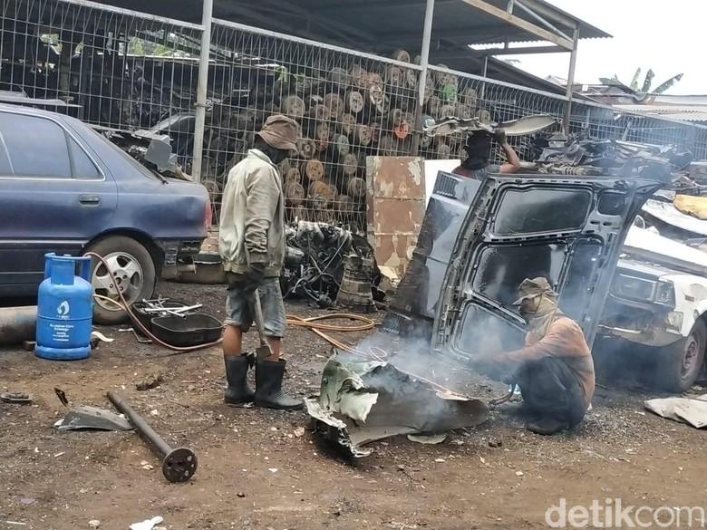 Bisnis Mobil Bangkai atau Mobil Rongsok. Foto: Ridwan Arifin