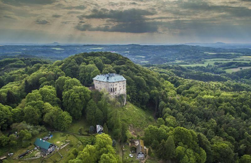 Konon, Kastil Houska dibangun untuk menyegel kekuatan jahat yang berada di lubang. Juga kastil ini sengaja dibangun di tepi jurang maut supaya tidak ada kekuatan jahat setan yang masuk ke dunia manusia. (blesk.cz)