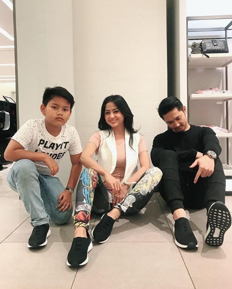 Meski jarang terekspos di TV, Dewi Perssik sering membagikan momen bahagianya bersama si kecil, Felice Gabriel. (Foto: Instagram @dewiperssikreal)