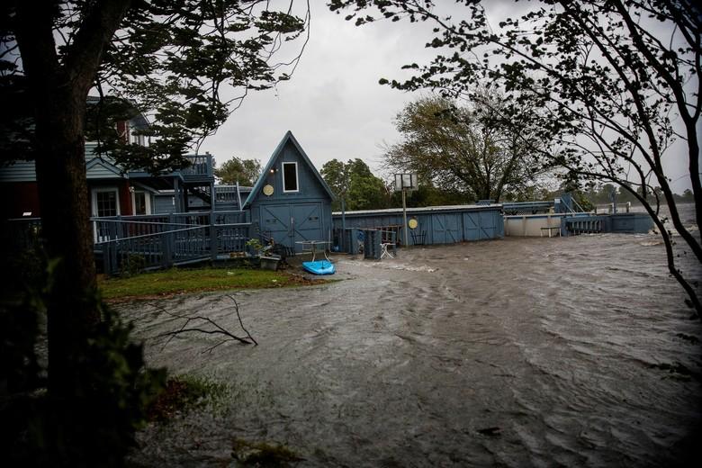 Badai Florence Mulai Menerjang, Atap Rumah Terbang dan Pohon Tumbang