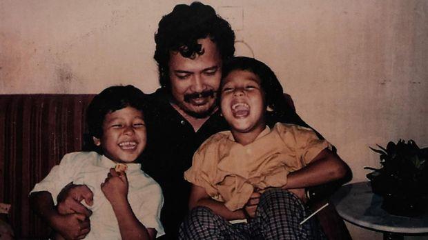 Harry Roesli bersama anak-anaknya.