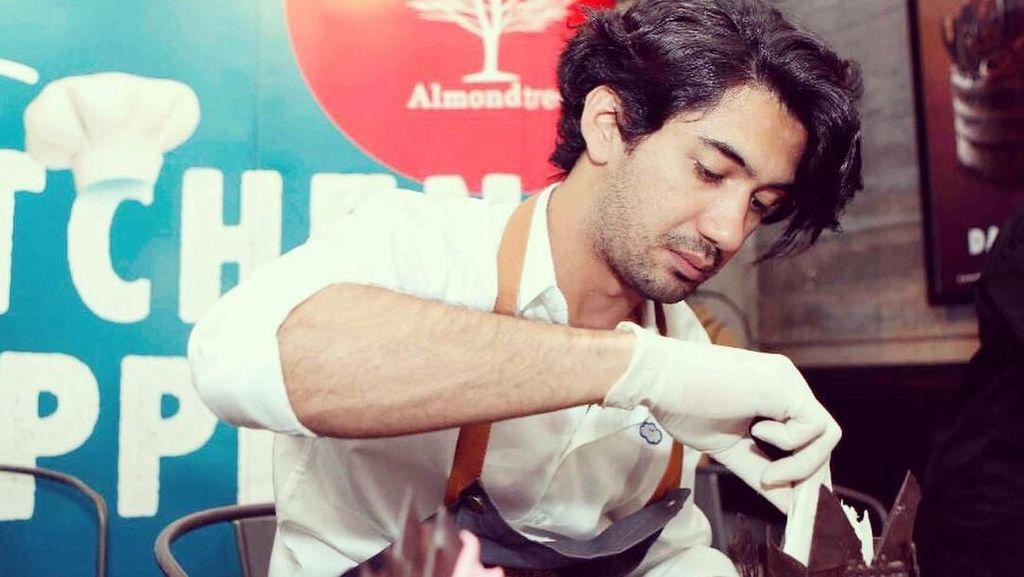 Serunya Ekspresi Reza Rahadian Saat Makan Beefsteak hingga Minum Kopi