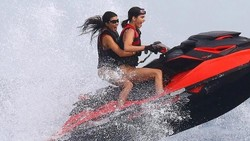 Potret Seksi dan Bugar Kourtney Kardashian Ketika Jalan-Jalan di Pantai