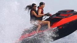 Lihat potret bugar tubuh Kourtney Kardashian ketika berjalan-jalan di pantai.